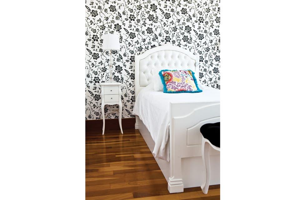 """""""Todos los muebles del cuarto de mi hija –que ahora tiene 15 años– son de Oromanta. Elegí un constante negro y blanco; y el resto se va armando con color, con sus detalles (¡las fotos, los recuerdos, los collares!), pero el negro le da a todo una onda de adultez"""".."""