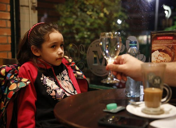''Gaseosa, juguito, té de frutilla o de durazno. Dame cualquier cosa menos agua'', pide Lourdes Mutto