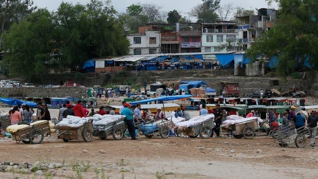 En el paso fronterizo Puerto Chalanas, en Aguas Blancas, los bagayeros vuelven legalmente a Bolivia con mercancía argentina