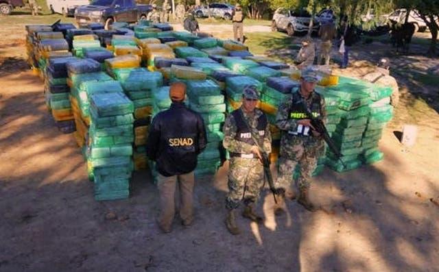 Funcionarios paraguayos, con la droga secuestrada