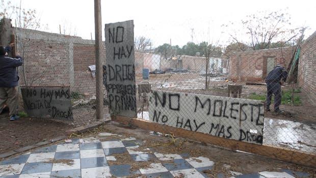 """""""No moleste, no hay más droga"""", uno de los carteles que el vecino mendocino tuvo que instalar ante los pedidos de estupefacientes"""