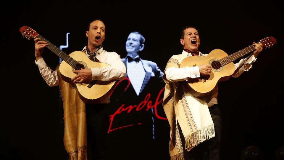 Roberto Peloni y Guillermo Fernández interpretan un cuadro de Gardel. Foto: Fabián Marelli