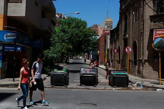 Los vecinos hicieron barricadas para defender sus casas de los saqueadores. Foto: LA NACION / Aníbal Greco