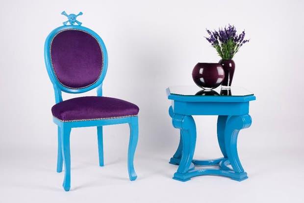 Conjunto ecléctico: mesa Art Noveau de madera de guindo con laqueado poliuretánico color turquesa y silla modelo Calabera..