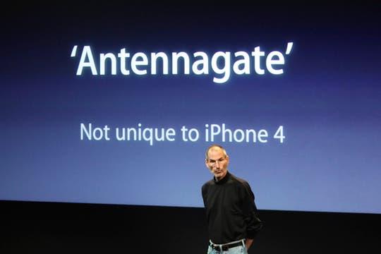 Jobs se refirió a las críticas que recibió el iPhone 4 como el Antennagate. Foto: Reuters