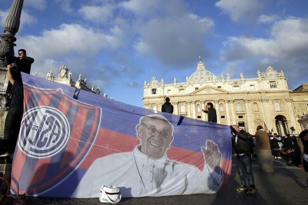 Los hinchas del club de Boedo, rápidos de reflejos.  Foto:Reuters