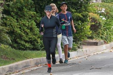 ¡A correr con Reese Witherspoon! La actriz salió con sus hijos Ava y Deacon a hacer gimnasia, en las cercanías de su mansión en Los Angeles