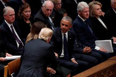 Las tres parejas presidenciales estaban sentadas en la misma hilera