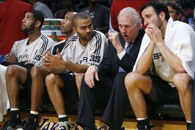 Gregg Popovich junto a Parker, Ginóbili, Bowen y Duncan