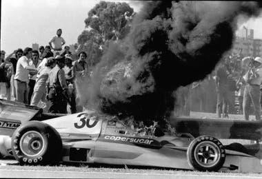 El Copersucar de Wilson Fittipaldi en llamas en 1975; el brasileño, nervioso, golpeó a un periodista tras bajarse del auto