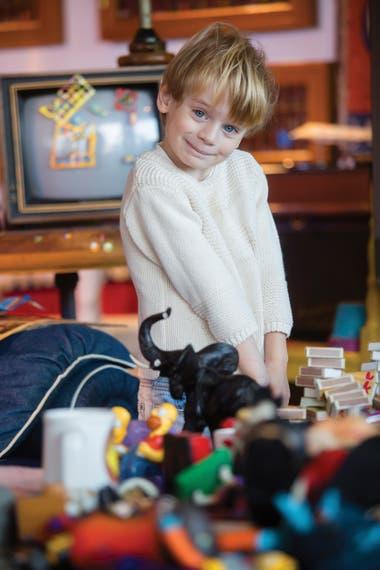 A sus 3 años, Monchi tiene luz verde para jugar en el museo de su padre con los juguetes habilitados para tal fin.