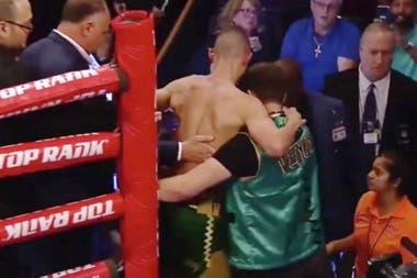 Maxim Davashev se va del ring, ayudado por sus asistentes