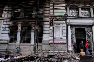 Los edificios de varias ciudades amanecieron el domingo con graves daños