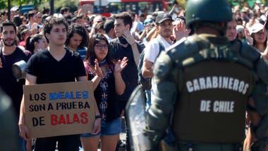 Los manifestantes piden que se termine con el estado de emergencia y con la presencia militar en las calles.