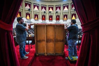 Los últimos retoques en el recinto del Senado antes del traspaso presidencial