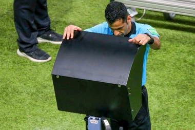 Abdulrahman Al Jassim cambió su decisión tras ver la jugada en el VAR