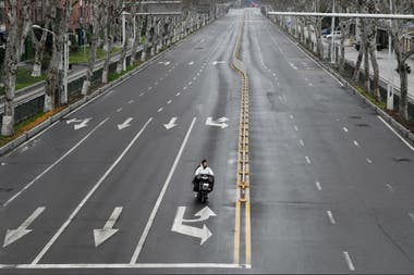 Calles desiertas en la ciudad china de Wuhan, epicentro del brote
