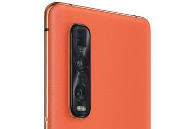 El Oppo Find X2 está disponible en una versión con cuero ecológico naranja; aquí, junto a la triple cámara trasera