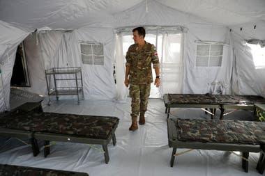 El Coronel Fabio Monserret recorre las instalaciones del hospital militar móvil en Campo de Mayo