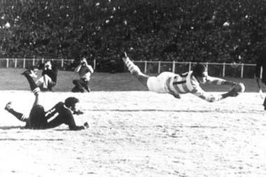 El acto fundacional de los Pumas: la palomita de Marcelo Pascual durante el memorable 11-6 sobre Junior Springboks en Ellis Park, Johannesburgo, en 1965.