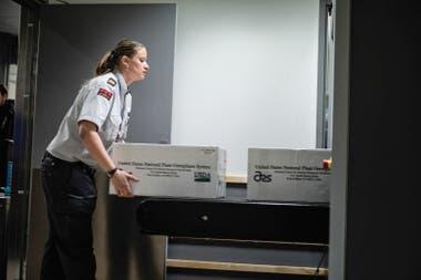 En el aeropuerto de Longyearbyen, el trabajo del personal de seguridad.