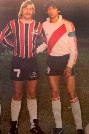 Con su particular bigote, con Francescoli, antes de un Chacarita-River.
