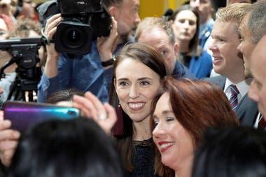 La primera ministra de Nueva Zelanda, Jacinda Ardern se saca fotos con estudiantes de la Universidad Victoria en Wellington antes de las elecciones