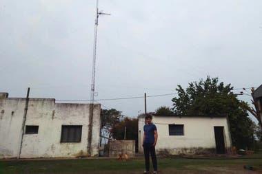 Brian en su casa en el campo, junto a la improvisada antena que alzaron con su padre para tratar de tener señal y poder cumplir con la entrega de los trabajos universitarios