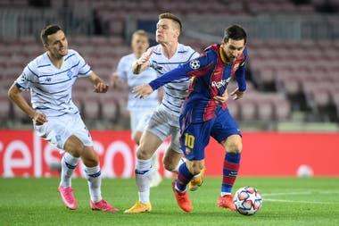 Messi intenta dejar atrás a dos jugadores de Dinamo Kiev; se le sigue negando el gol de jugada