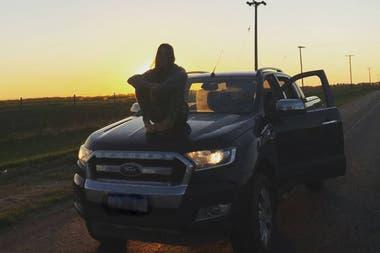 Juana VIale en un alto de uno de sus viajes, en el año 2018, sobre el capot de su Ranger