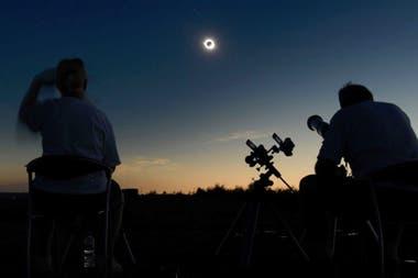 Se recomienda no mirar ni fotografiar en forma directa hasta que sea el momento de la totalidad del eclipse, que es el único momento que se puede mirar sin filtro