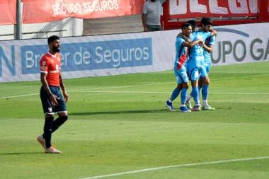 Jugadores de Arsenal festejan el gol de Lucas Albertengo durante el partido que disputan contra Independiente.