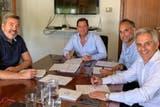 Jaime Barba (tesorero de la UAR), Fernando Riccomi (CEO de Ceibos), Félix Paez Molina (Unión de Córdoba) y Marcelo Rodríguez (presidente de la UAR), en el momento de la firma del contrato por la creación de la franquicia