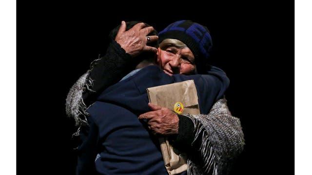 Matias, de 15 años, es abrazado por su abuela mientras asisten a un evento de celebración del Día del Niño Transgénero en Santiago de Chile