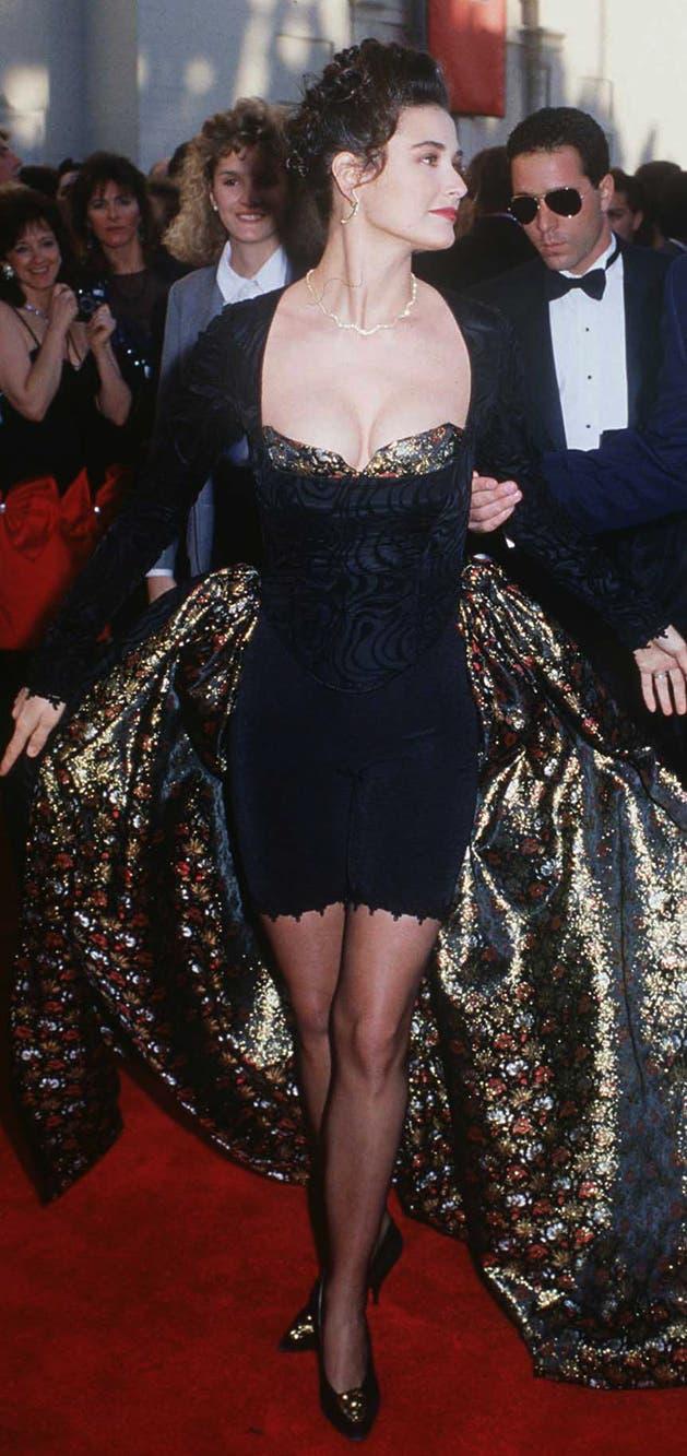 'Un susto para recordar' titulo la revista W sobre el atuendo que vistió Demi Moore en la gala de los Oscar de 1989; el look, diseñado por ella misma, era una colección de todos los excesos de los 80: ciclistas, sobrefaldas, encajes, corset y tonos dorados