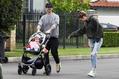 Relajados. Adam Levine, su mujer, Behati Prinsloo, y su pequeña beba salieron a disfrutar del día de la madre, en Los Angeles
