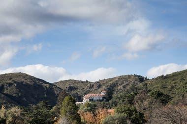 Entre las sierras, la inconfundible arquitectura de El Castillo de Mandl.