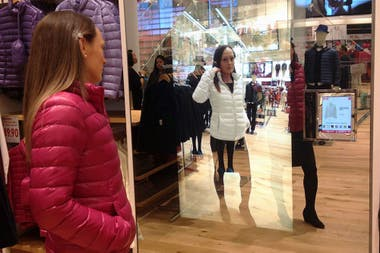 El magic mirror de Uniqlo te permite ir cambiando el color de la campera.