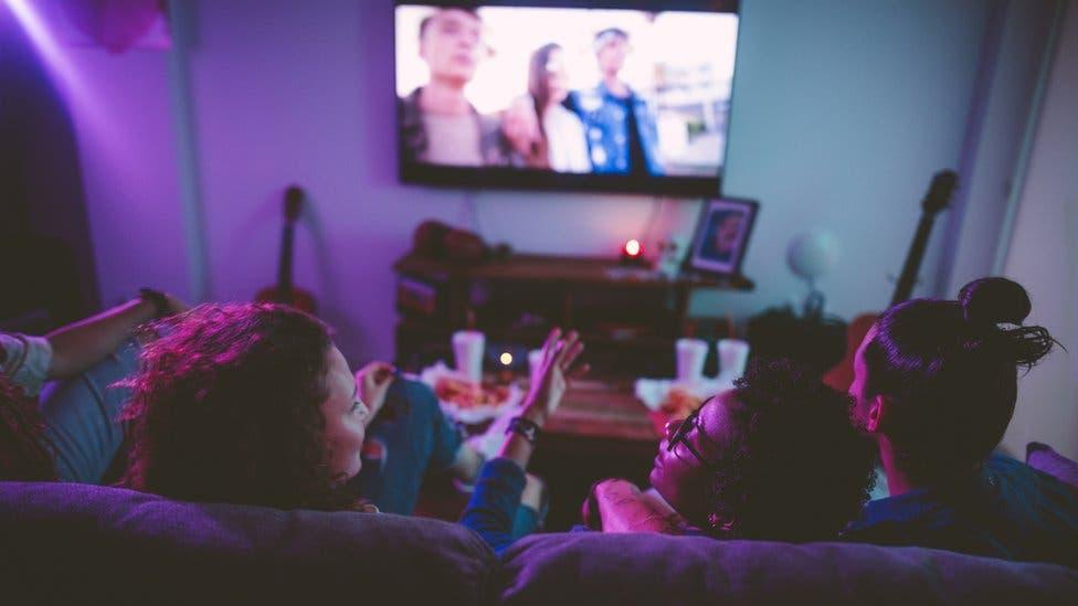 ¿Por qué miles de personas en el Reino Unido aún ven la televisión en blanco y negro?