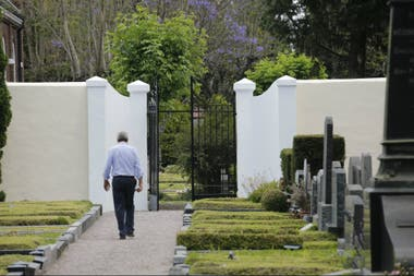 El director del Cementerio Británico, Andrew Gibson, frente al portón que comunica con el cementerio alemán
