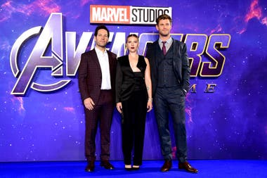 Scarlet Johansson junto a dos de sus compañeros de elenco