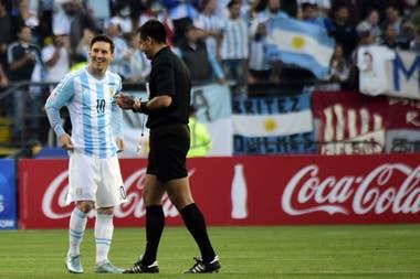 Messi con Bascuñán en la Copa América 2015 en Chile; el crack criticó en su momento al árbitro