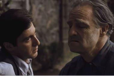 Al Pacino y Marlon Brando representan a Michael y Vito Corleone en la memorable escena de El Padrino que hoy reflotó Jorge Yoma