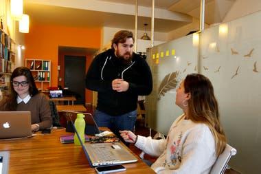 Camilo López en la agencia Good People junto a sus colaboradoras