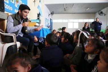 Luis Martínez les habla a los chicos del jardín de infantes del barrio Laguna Seca sobre la importancia de la separación de residuos