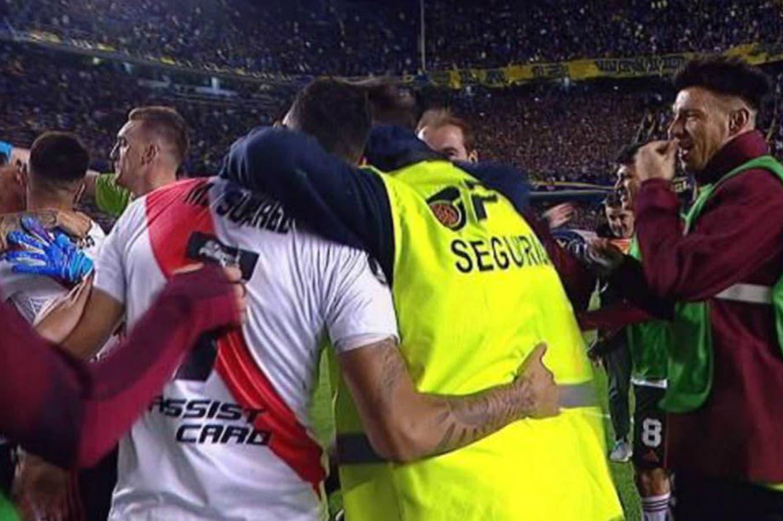 Superclásico: echaron al empleado de seguridad que festejó en la Bombonera con los jugadores de River