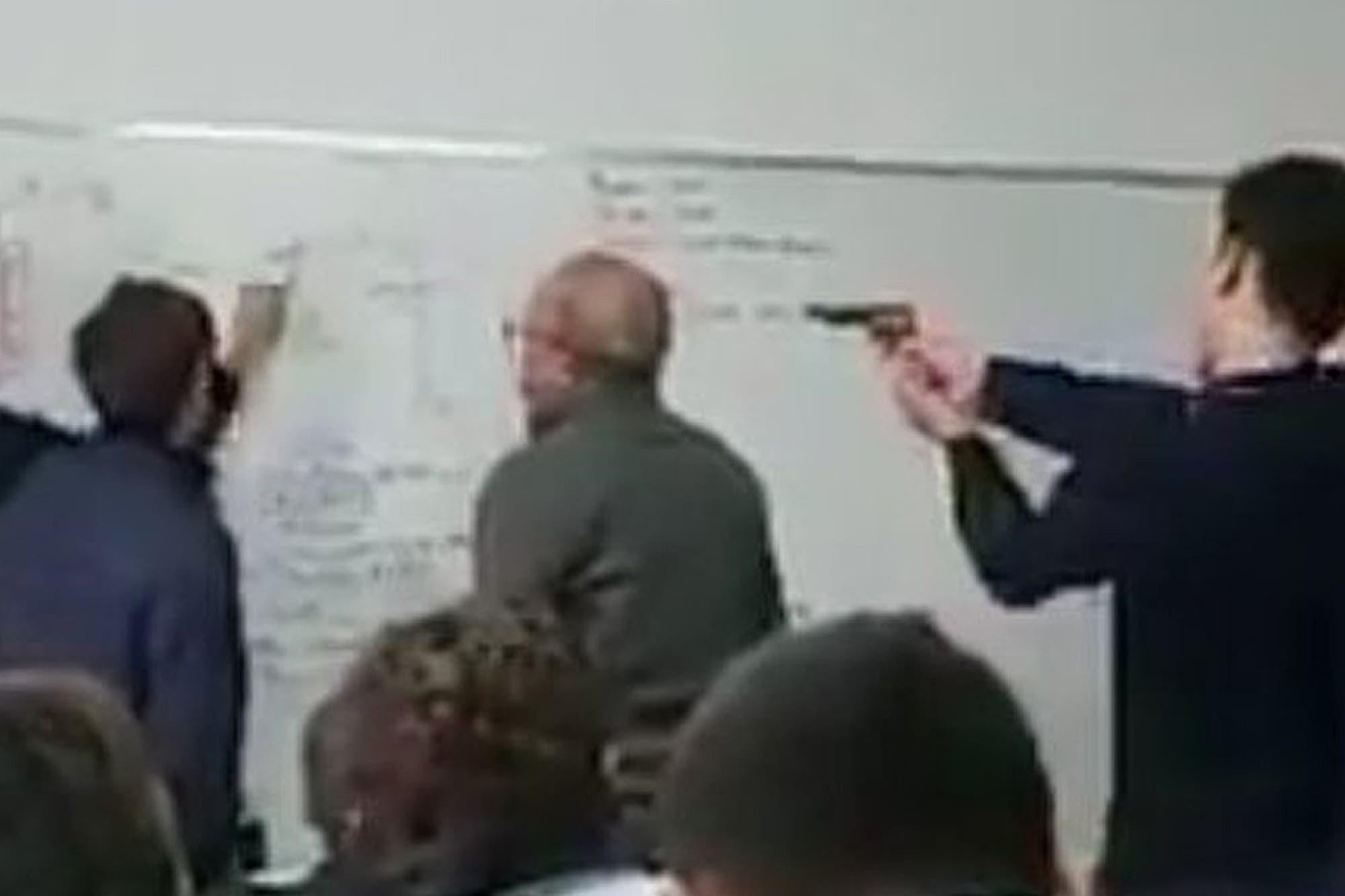Le apuntan con un arma al profesor en plena clase y se viraliza el video