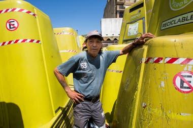 Oscar Rodríguez, de 52 años. Él conduce uno de los camiones que están estacionados en el corralón municipal