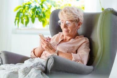 Ha habido un aumento récord de personas mayores que usan teléfonos inteligentes y tabletas