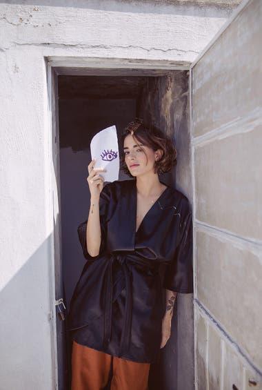 Kimono de cuero con lazo y mangas tres cuartos (Mishka), pantalón de gabardina (Levis)